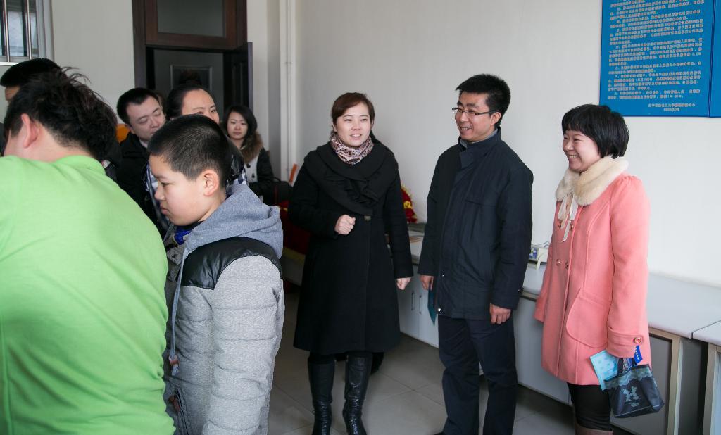 理学院副书记赵杰老师,学办主任赵彦老师以及理学院学生志愿者们热情图片